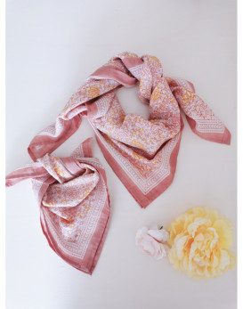 Foulard Suri rose et fleurs...