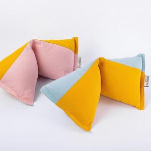 Un peu de repos après les fêtes?  Les coussins de sieste @petitscadors ont été pensé de façon ingénieuse. Leur forme berlingot n'est en fait pas symétrique. Dans un sens, le soutien est axé sur la nuque, dans l'autre,  sur le relâchement des épaules.  Les coussins sont imaginés et entièrement fabriqués en Occitanie. Les tissus certifiés Oeke-tex et le rembourrage en ouate de bouteilles plastique recyclées.   #madeinfrance #occitanie #faitmain #ecoresponsable #ethique