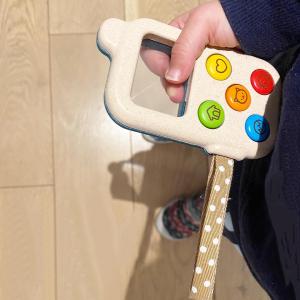Il faut s'imaginer une petite voix qui nous sort lors de la découverte de ce téléphone sans son:  «Oh les boutons marchent pas, plus de pile». Non non juste notre tranquillité avec une pointe de culpabilité 😬.   Téléphone adopté tout de même pour faire de temps en temps comme les z'adultes et imaginer plein de conversations avec la famille et les camarades de crèche.   #parentproblems #jouetsenbois