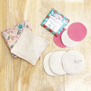 Par quoi avez-vous remplacé les cotons démaquillants jetables?  Chez Slow, on vous propose trois options en fonction de vos habitudes, votre sensibilité de peau et votre confort: 👉🏻les lingettes carrés en coton bio et tissus recyclés: les classiques, en micro-éponge. Vous pouvez y mettre votre hydrolat ou votre démaquillant.  👉🏻les disques en coton biologique: une face très douce qui nettoie juste à l'eau et une face micro-éponge pour le démaquillant.   👉🏻les disques démaquillants @lamazuna : un système micro-fibre où vous avez juste besoin de les humidifier, sans démaquillant.   #zerodechet #lingetteslavables #upcycling #madeinfrance🇫🇷 #toulouse