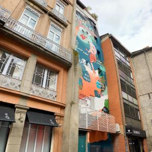 """ Notre rue  Sur les murs de notre rue du quartier ancien toulousain? De la brique of course et une superbe fresque intitulée Jungle Fever aux allures d'affiche de film des années 50 réalisée par Mademoiselle Kat. Elle est une des pionnières du graff à Toulouse. Ses pin-ups ornent les murs de la ville rose depuis les années 90.  Ses sujets de prédilection: le féminisme et l'écologie.   L'artiste avait réalisé cette oeuvre dans le cadre de """"La Biennale Rose Béton"""" en 2019. Elle mesure 17 mètres de haut.  A demain👋  📷: by nous  #toulouse #toulousemaville #visiteztoulouse"""