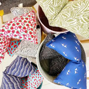 Les coussins de sieste, un objet ingénieux imaginé par @petitscadors à Toulouse.  Ils sont fabriqués avec des tissus en coton certifiés biologiques et recyclés pour certains en fonction des modèles. Par exemple, le modèle Nantes( le vert)est realisé avec un tissu jacquard, tissé en France par les Tissages de Charlieu et contient du coton BIO et recyclé.  Le rembourrage est fait avec des bouteilles plastique recyclées.  Sa forme asymétrique permet de choisir un confort souple ou gonflant en le faisant pivoter à 180°.   #coussin #madeinfrance🇫🇷 #recycle #ethicallymade #handmade