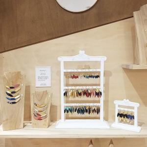 | Bijoux ✨ | La nouvelle collection de bijoux en chutes de cuir est arrivée 🙌🏻. Évidemment on a aussi reçu les bracelets assortis😇. La nouveauté? La collection vegan s'élargit avec trois coloris réalisés avec des chutes de Piñatex. Vous connaissez? Le Piñatex est un matériau souple qui ressemble à s'y méprendre à du cuir et est fabriqué avec les feuilles d'ananas mélangées à du latex.  . . .  #ethique #toulouse #toulouseethique #shoplocal #shoplocaltoulouse #maison #deco #beauté #naturel #upcycling #surcyclage #zerodechet #recup #bijoux #cuirvegan #bijouxethiques #pinatex