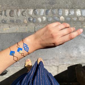 On profite des rayons de soleil sur le pas de la porte avec nos petits bijoux géométriques.   #bijouxcreateur #upcycling