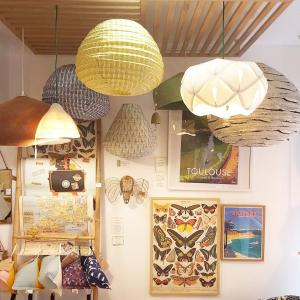 | Luminaires| On privilégie les matières naturelles pour notre gamme de luminaires.  🌿Du feutre de laine, du coton sérigraphié et du papier recyclé.  Tout simple pour un intérieur doux et épuré.  #luminaire #naturaldesign #inspirationmaison #decorationinterieur #suspension #ecoresponsable