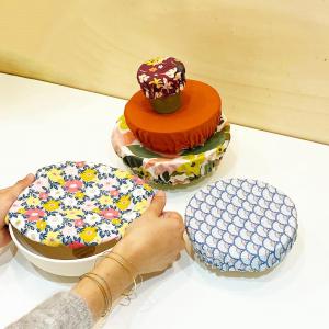 Fini le cellophane pour protéger ou transporter vos plats.  Maintenant vous avez le choix avec les tissus enduits de cire d'abeilles ( on vous en propose des 100% made in France à la boutique) ou les charlottes en tissu de récupération.   Retrouvez quatre tailles de charlottes, des tissus enduits et non enduits ( pour les aliments qui ont besoin de respirer).   #zerodechet #recyclage #charlotte #madeintoulouse #boutiquecreateurs