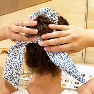 |Accessoires| Venez essayer nos foulchies!   Mélangez un foulard + un scrunchie (chouchou en anglais) et vous obtenez un foulchie. Encore mieux quand ils sont made in France en tissus recyclés♻️  #chouchou #foulchie #scrunchies #upcycling #madeinfrance #faitmain #toulouse #ecoresponsable