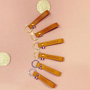 Un message pour votre maman, une amie ou pour soi-même?   Découvrez les porte-clés en cuir de petites séries au tannage végétal façonnés à la main par Chloé dans son atelier en Savoie.   #porteclef #madeinfrance #cadeaunoel #faitmain