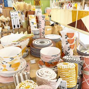 |Vaisselle| L'avantage de la vaisselle en bambou? Elle est suffisamment résistante pour être emportée partout. On pense aux pique-niques improvisés, aux escapades en van ou camping-car🚐🌅  La composition? Du bambou à 80% et du mélaminé. Il y a une proportion de plastique pour figer le bambou mais 🎋elle reste secondaire par rapport à d'autres vaisselles 100% mélaminé ou autre résine  👉elle est testée et certifiée EU Food-safe( d'où le prix un peu plus élevé car les tests coûtent cher). 👉c'est l'idéal pour une vaisselle transportable et réutilisable. En attendant l'arrivée de nouveaux matériaux. On guette ceux en bio-plastique mais on attend que ce matériau soit davantage testé pour vous le proposer.  #bambou #vaisselle #piquenique #vaissellebambou #conceptstore