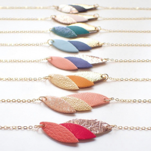 |Bijoux✨| Les bracelets de la collection estivale de @demiselbijoux se sont refait une beauté et ont affiné leur silhouette.  Des pétales plus fins pour s'approcher de ceux des colliers assortis.   Le cuir et le Piñatex( appelé aussi cuir vegan) restent issus de chutes de manufactures♻️.  #bijoux #bijouxcreateur #recycledleather #madeinfrance