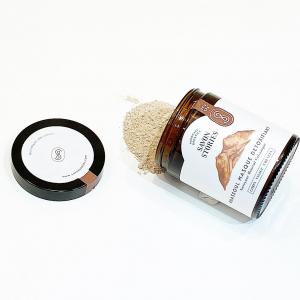 Le rhassoul est une argile volcanique naturelle récoltée uniquement au Maroc, dans les montagnes de l'Atlas. Elle est très riche en minéraux (magnésium, fer, sodium, zinc, phosphore et potassium)et possède des propriétés nettoyantes et dégraissantes grâce à son pouvoir d'absorption. Sa texture poudre est exfoliante. Elle régule aussi le sébum, apaise et adoucit la peau et les cheveux. Bref, elle est idéale pour les peaux mixtes à grasses et les peaux sensibles.   On rajoute un peu d'eau à l'argile pure de @savon.stories pour l'utiliser en masque sur le visage ou les cheveux. Vous pouvez aussi compléter par des huiles végétales et des huiles essentielles pour renforcer une action spécifique. Par exemple, huile d'argan et huile essentielle d'arbre à thé pour les peaux acnéiques.  #naturalbeauty #naturalcosmetics #diycosmetics #rhassoul