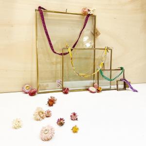 Les cadres en métaux et verre recyclés sont de retour en boutique dans leurs cinq dimensions et orientations( portrait et paysage) ( il manque un cadre sur la photo😉).   Les cordons proviennent de saris indiens récupérés.  D'ailleurs, est-ce que vous connaissez la signification des couleurs de saris?   Le sari rouge est la couleur des festivités liées l'amour.  Le vert est la deuxième couleur la plus répandue et la plus populaire en Inde pour la confection du sari. Il représente l'univers de la sérénité. Il s'agit aussi de la couleur emblématique de l'authenticité, de l'harmonie et de la confiance. Le bleu est la couleur de la paix.  Le sari rose est la tenue du quotidien, symbole de la féminité. Beaucoup de cadres que l'on reçoit sont d'ailleurs confectionnés avec des saris roses.   #cadres #recycling #decoration #vintagedecor