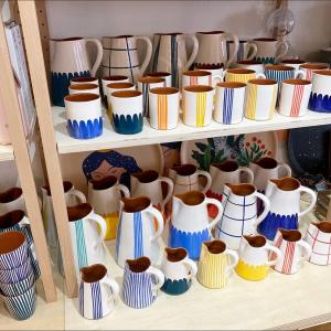 |Vaisselle| La céramique qui vous plait déjà beaucoup❤️ Tout est réalisé à la main au Portugal par Gabrielle, Eva et d'autres petites mains aux doigts de fée. Chaque rayure, chaque trait.  #ceramique #madeinportugal #faitmain #ceramics #ethique #ecoresponsable♻️