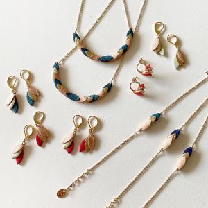 Qui a dit qu'on ne pouvait pas faire de bijoux fins avec du recyclé ?  Bijoux en chutes de cuir de maisons de luxe. Les pétales de cuir sont découpés à l'emporte-pièce, assemblés et les bords cirés par Audrey de @mayandjuneparis dans son atelier à Vannes ( oui avant elle habitait à Paris😉).   #bijouxcreateur #madeinfrance #recycle #collier #boutiquedecreateurs