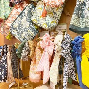 | Accessoires| Des motifs et de la couleur pour cette journée ensoleillée ☀️   N'oubliez pas, on vous offre une petite surprise lors de votre achat pour fêter les 7 ans de la boutique(ne tardez pas, ça part trèès trèes vite!💚)  #toulouse #createurfrancais #faitmain #chouchou #troussedetoilette #motifs #fleurs