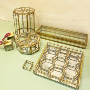 L'imagination débordante des artisans de @nkukulife pour créer ces boîtes en laiton recyclées.   Elles ont toutes des formes et des tailles différentes! Les petites dernières: les mini-boites à suspendre pour y ajouter éventuellement des bougies chauffe-plat ou une photo et la boite rectangulaire avec son socle en miroir.  #boîte #nkuku #fairtrade #faitmain #toulouse